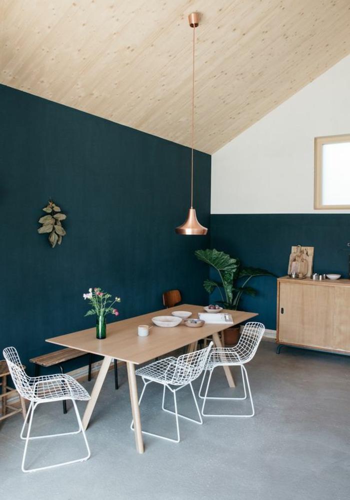déco chambre bleu canard, cuisine scandinave le plafond en bois, lampe suspendue cuivrée, commode en bois clair