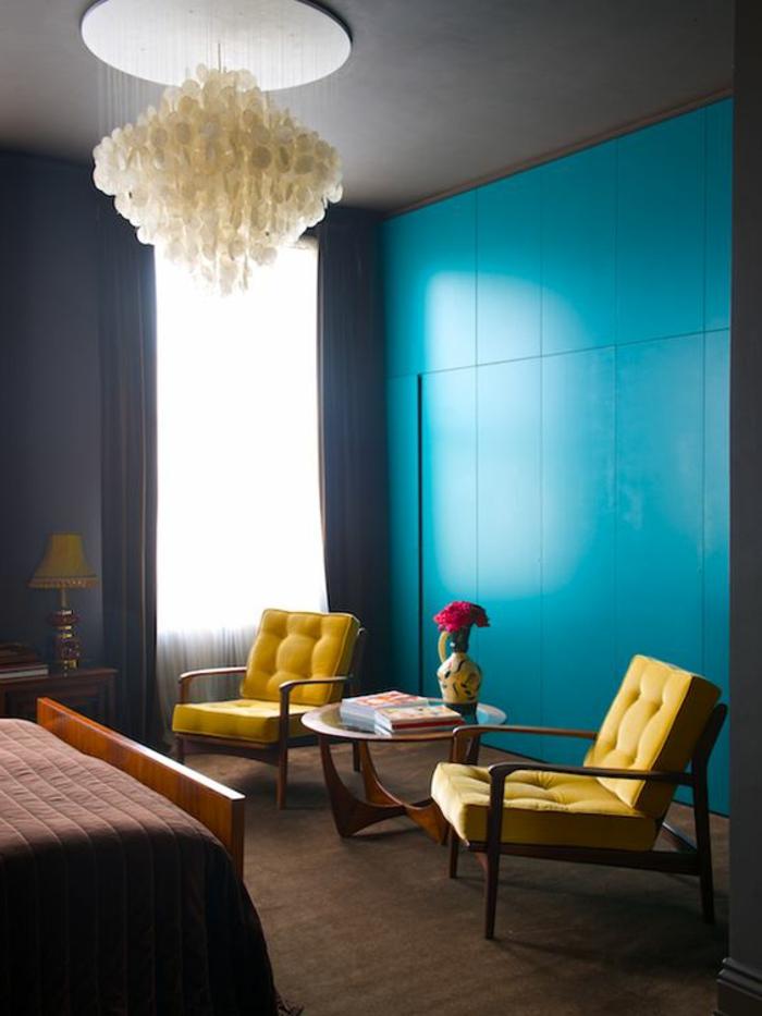 déco chambre bleu canard, deux fauteuils jaunes capitonnés, armoire original