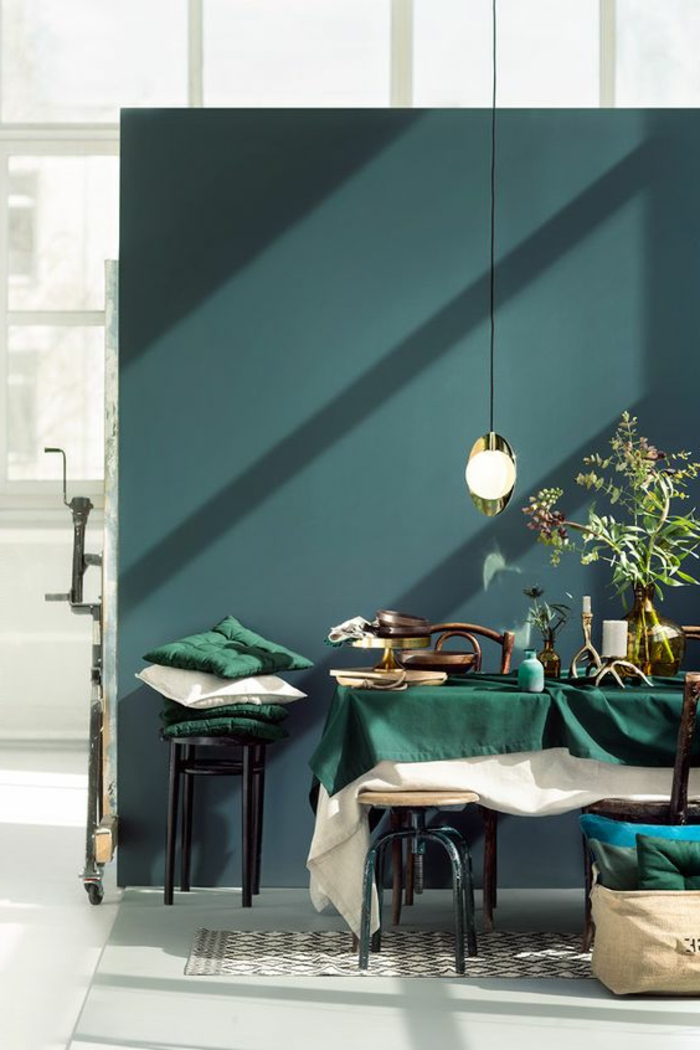 déco chambre bleu canard, mur couleur canard, lampe suspendue et table à manger avec des chaises vintage