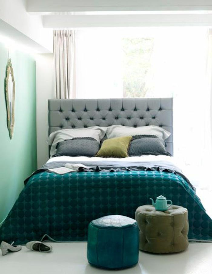 déco chambre bleu canard, couette de lit bleue, tête de lit capitonnée, petits tabourets capitonnés