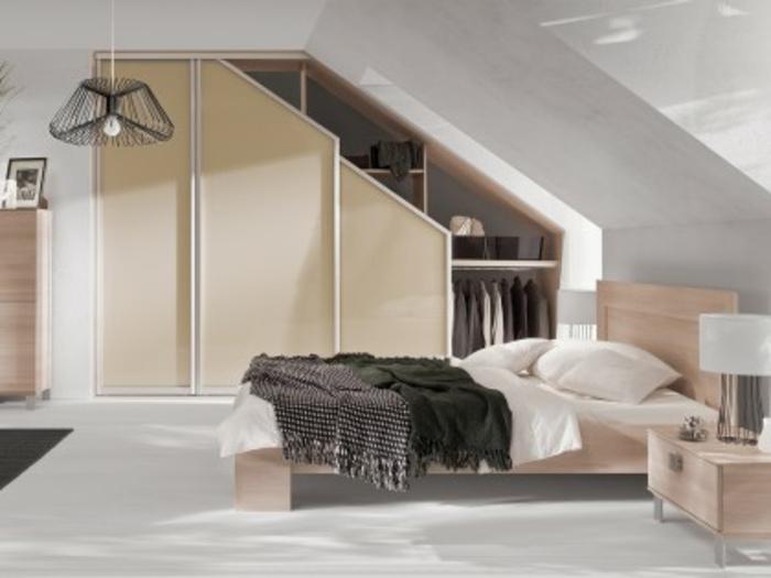 déco chambre sous pente élégante, lit, meubles en bois, armoire sous pente à différents niveaux, penderie, rangements