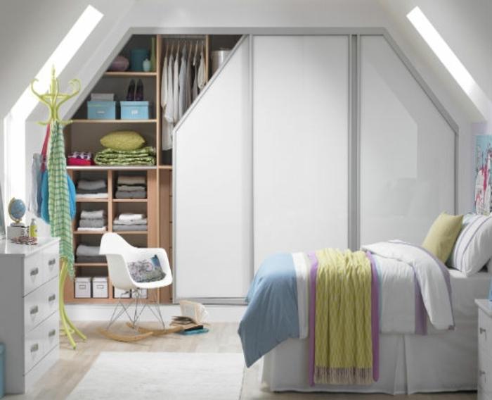 rangement sous pente, armoire avec des portes coulissantes, chaise à bascule, commode, lit, idée déco chambre sous pente enfant