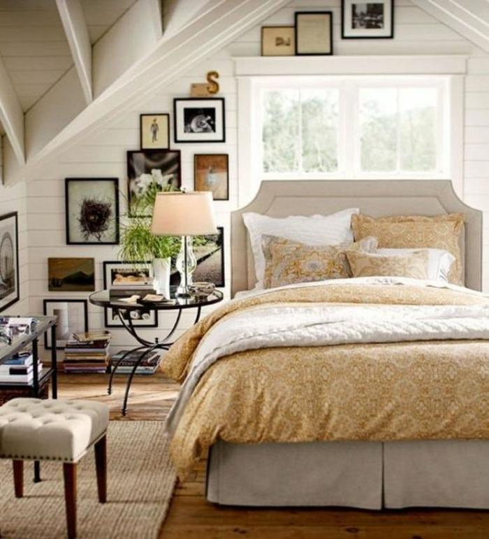 amenagement comble, lir blanc, linge de lit blanc et jaune, motifs floraux, tapis beige, table de nuit en métal et verre, deco murale photos, couleur mur blanc