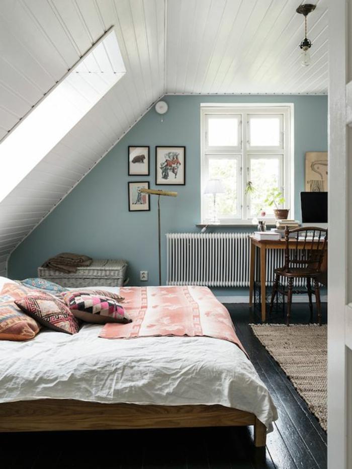chambre mansardée, lit en bois, mur d accent bleu, parquet en bois, coussins multicolores, motifs orientaux, tapis marron, coin travail, bureau, chaise en bois
