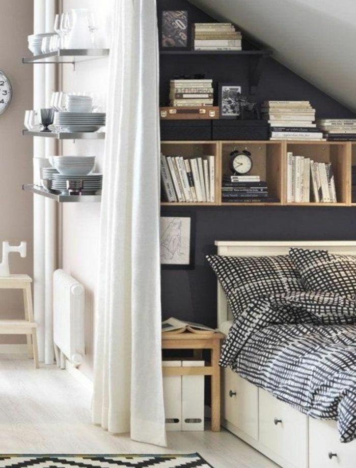 déco chambre sous pente, mur d accent gris anthracite, lit blanc avec tiroirs, linge de lit en blanc et noir, bibliothèque, table de nuit en bois