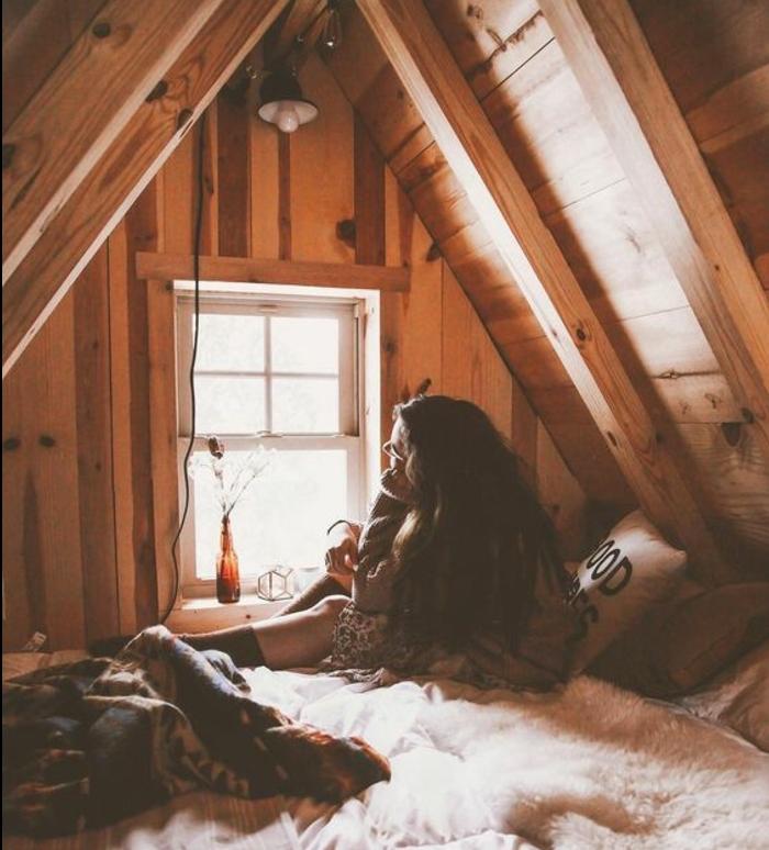 déco chambre sous pente, charpente toit mansardé en bois, lit, linge de lit blanc, coussins multicolores, couverture de lit multicolore, déco chambre cocooning