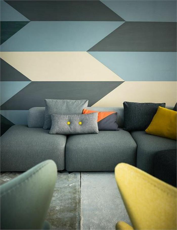 déco jaune, salon gris et bleu avec papier peint géométrique