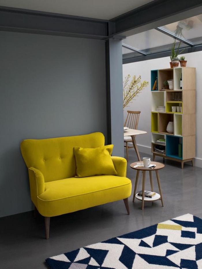 déco minimaliste, sofa jaune, table ronde et buffet en bois avec casiers colorés