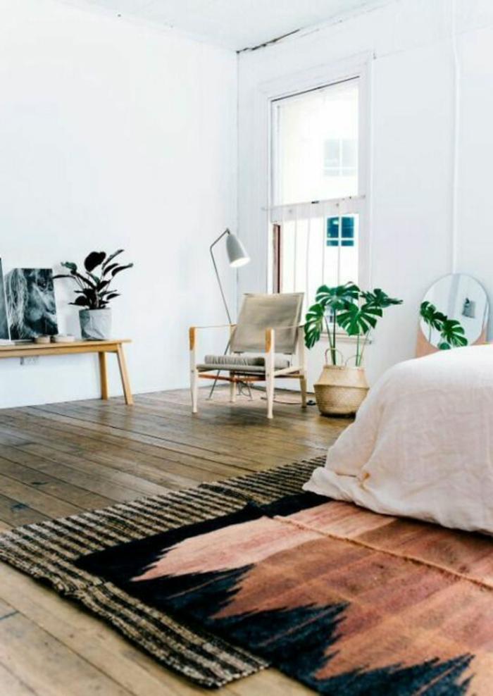 déco minimaliste, chambre à coucher blanche, petite banquette en bois, tapis originaux