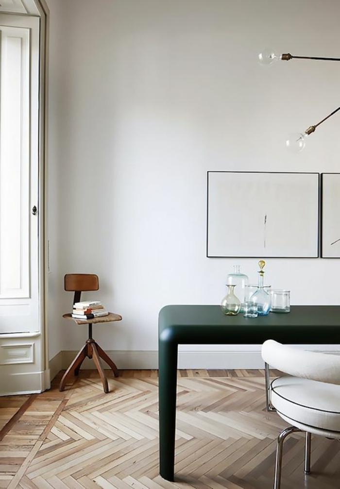 déco minimaliste, office à la maison, bureau noir, chaise blanche