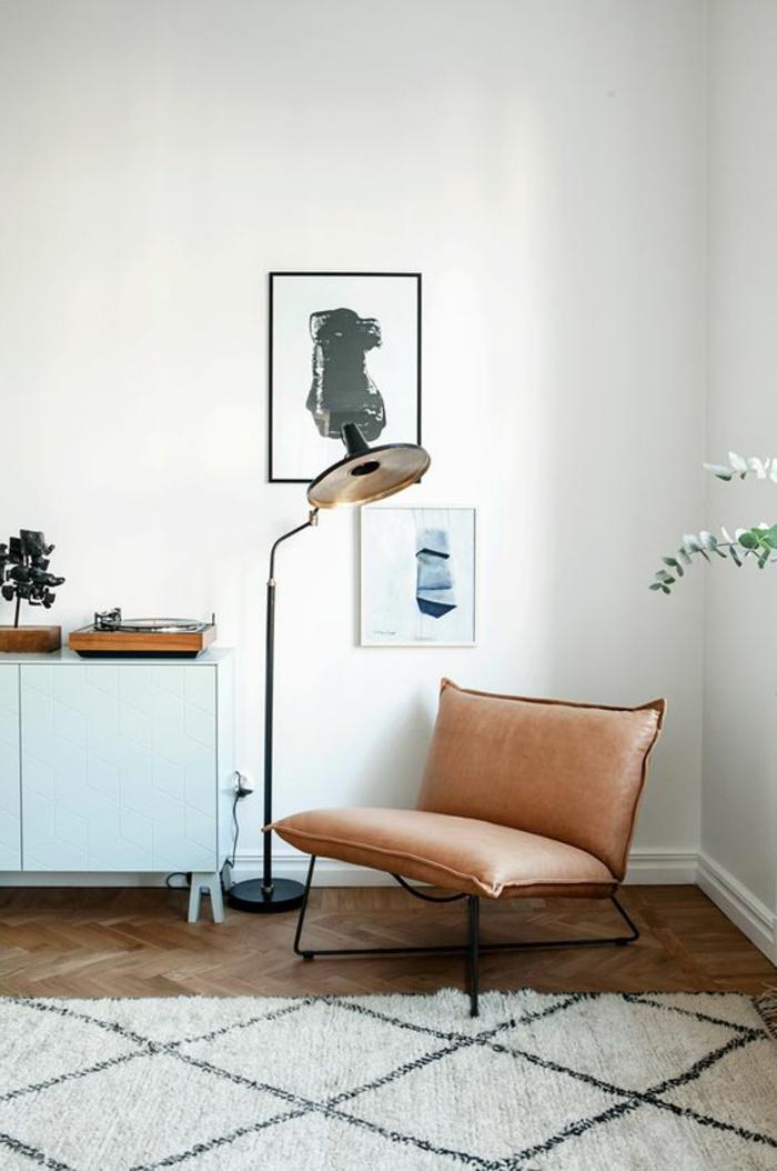 déco minimaliste, chaise en cuir, lampe de sol noire, buffet peint bleu