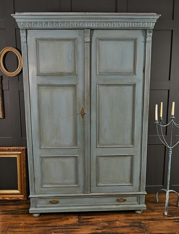 patiner un meuble, armoire repeint en gris, mur couleur gris anthracite, parquet en bois, idée comment aménager une chambre vintage
