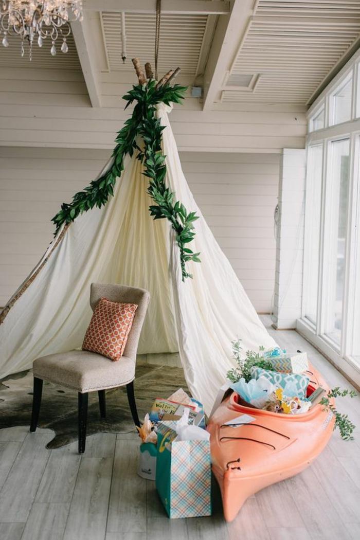 idée de décoration baby shower glamping et rustique, espace cadeaux avec tipi