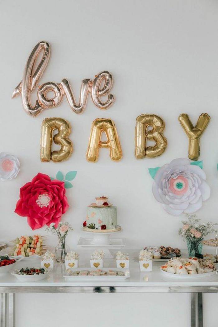 créer une ambiance festive avec des ballons en forme de lettres, un buffet festif pour une baby shower fille et garçon