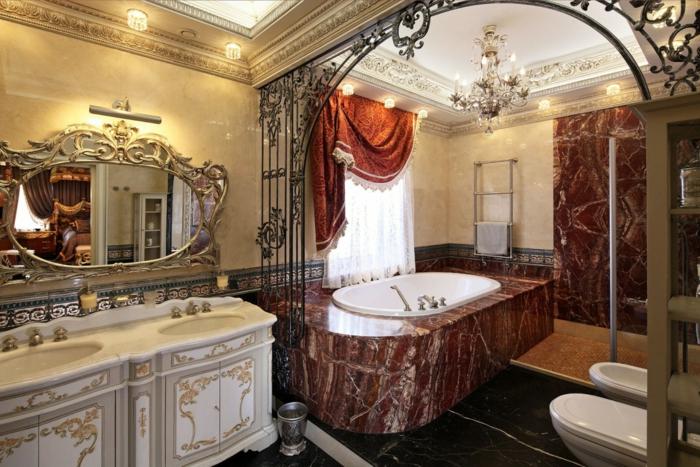 deco baroque, salle de bain, baignoire en marbre, cadre en fer forgé, plafond avec déco en plâtre
