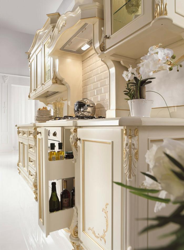 décoration baroque, cuisine blanche, mobilier baroque en déco dorée, orchidée blanche