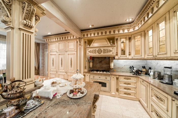 cuisine dorée, plafond suspendu, deco baroque, îlot centrale en marbre, colonne décorative