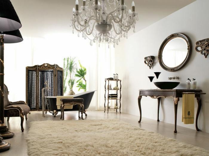 deco baroque, tapis blanc moelleux, lustre en cristaux, miroir rond, plantes vertes, baignoire noire