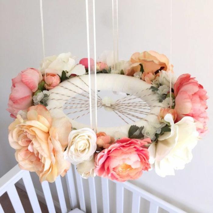 réaliser une jolie couronne de fleurs pour un mobile bébé chic et moderne, idée de déco chambre bébé moderne