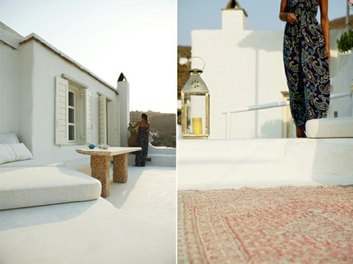meuble en pierre grec, table basse, volets blancs en bois, façade blanche, lanterne à bougies