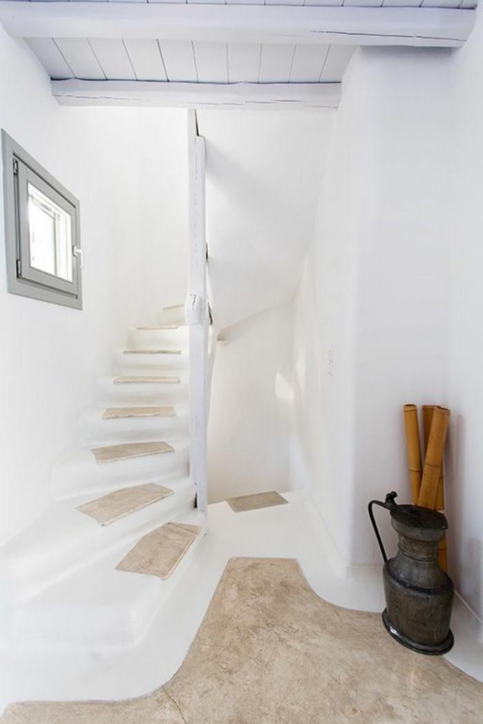 meuble en pierre grec, plafond en bois, escalier, petite fenêtre grise