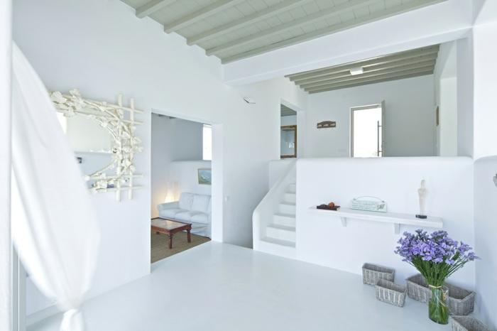 décoration grecque, murs blancs, cadre de miroir en branchettes, paniers en paille
