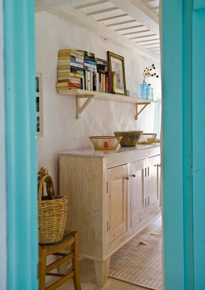 bleu grec turquoise sur les portes, étagère murale à livres, panier en paille