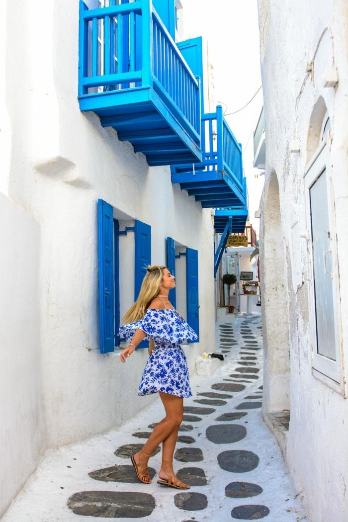 bleu grec sur les volets extérieurs, façades blanchis à la chaux, fille à robe bleu et blanc