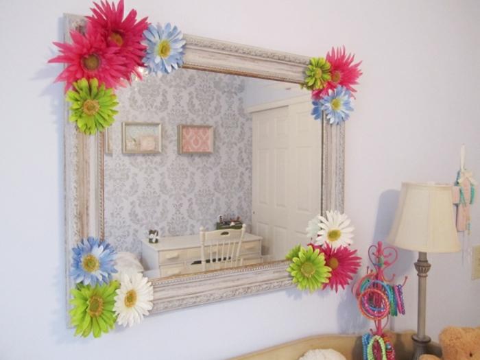 comment décorer sa chambre, un miroir customisé rectangulaire, fleurs décoratives, rouges, blanches, vertes et bleues, idée astuce deco fait maison