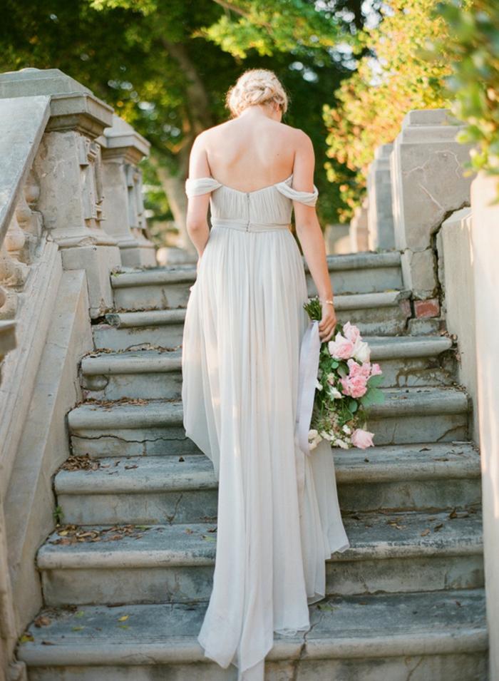 robe de mariée grecque, manches tombantes, dos nu, chiffon en ivoire, cheveux blonds