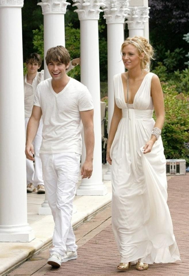 tenue grecque, robe de mariée en écru, cheveux blonds, bracelet en perles
