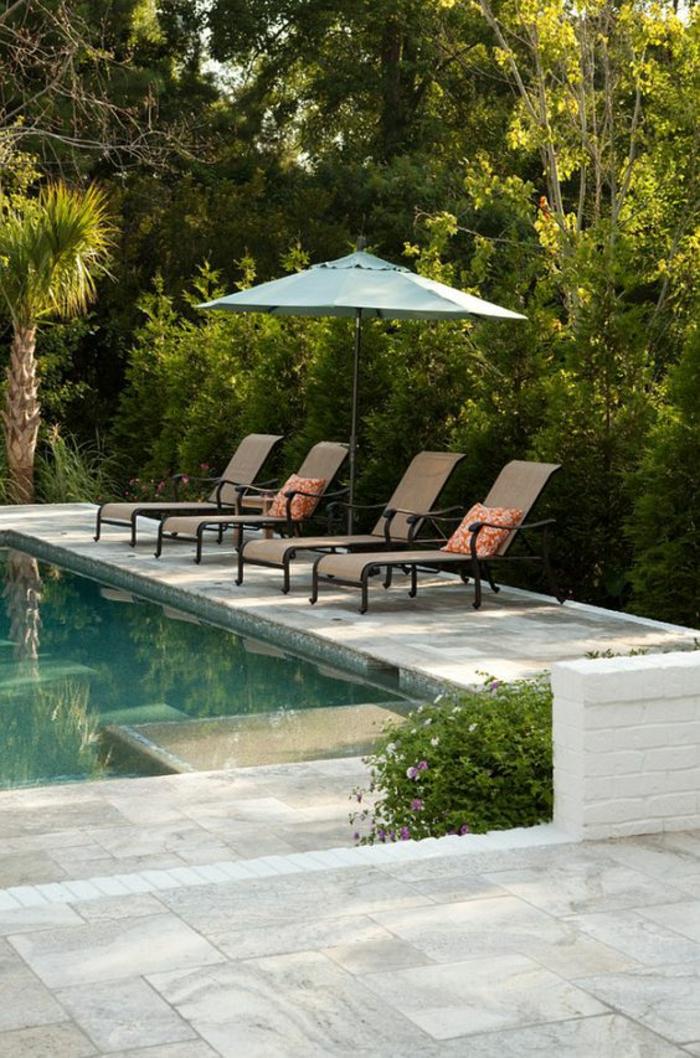 plage de piscine en pierre reconstituée, entourage piscine au revêtement raffiné et résistant