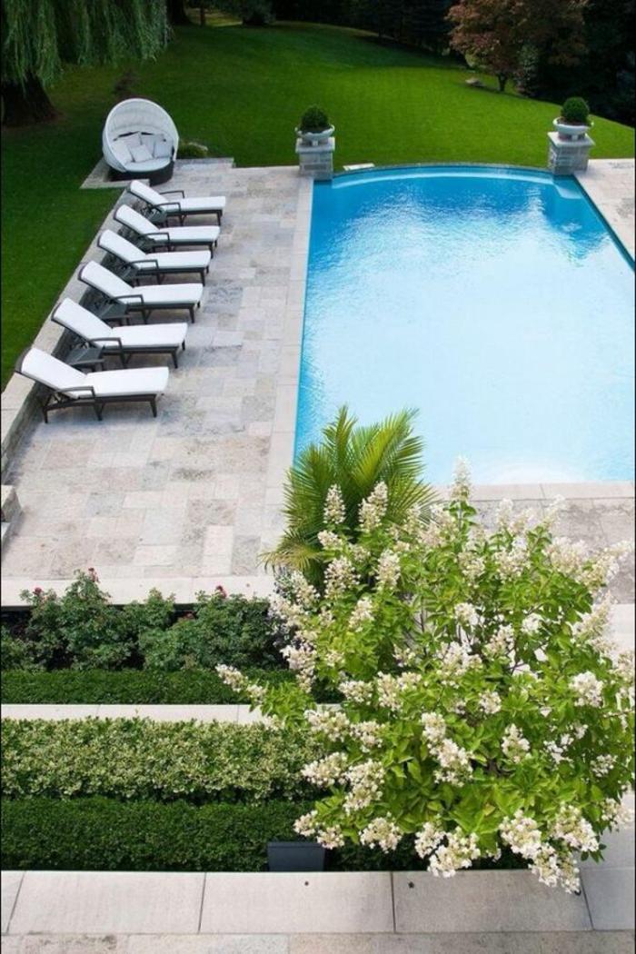 dallage en pierre pour sublimer une piscine au design classique, entourage piscine en pierre