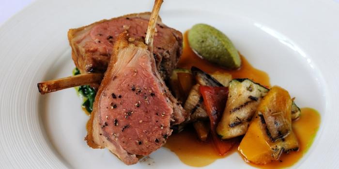 côtelettes d'agneau garnis de légumes grillés, tempanade d'olives, pesto, idée de menu de paques fait maison