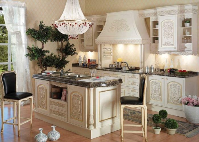 décoration baroque, parquet en bois claire, îlot centrale en marbre, papier peint écru, lustre en cristaux
