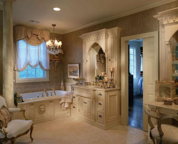 décoration baroque, salle de bain, baignoire, lustre en cristaux, plafond blanc