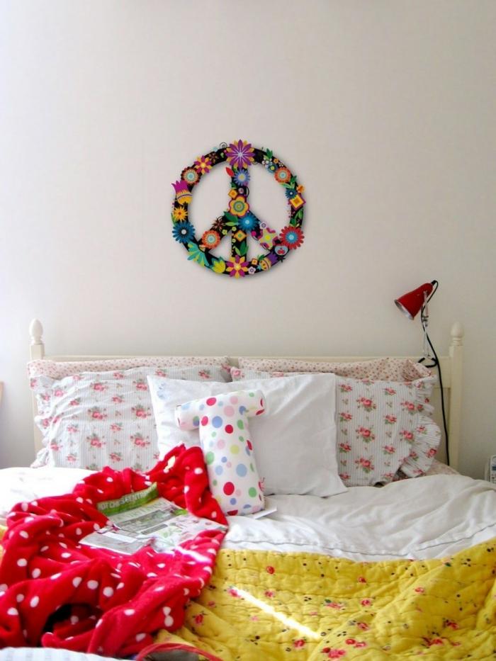 chambre hippie, jeté de lit jaune, plaid rouge, tête de lit blanche en bois