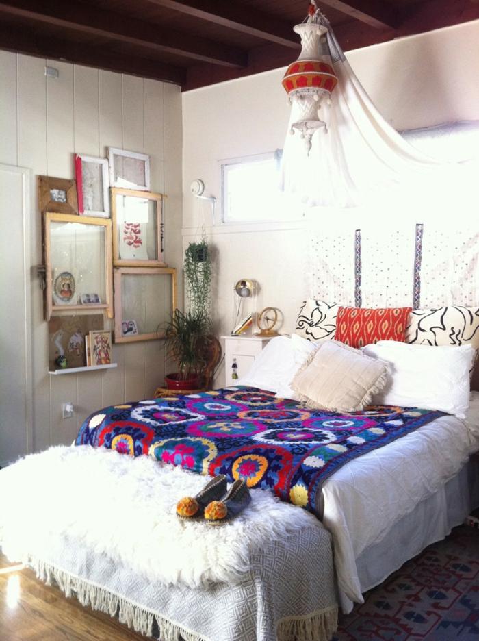 deco boheme, murs blancs, plafond avec poutres en bois, cadres photos vides