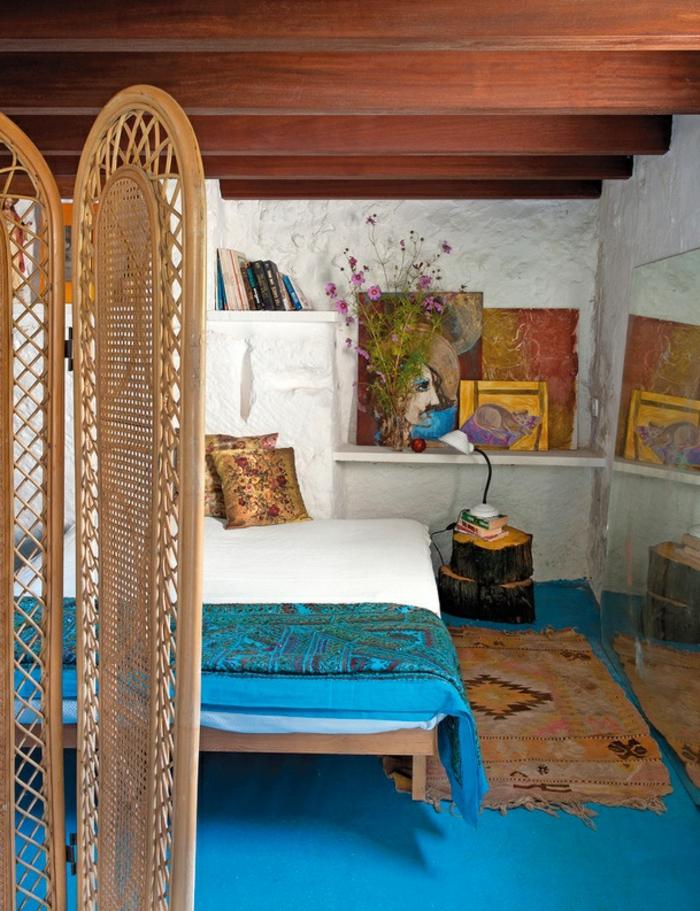 deco chambre boheme, plafond en bois, murs blancs, tapis bleu