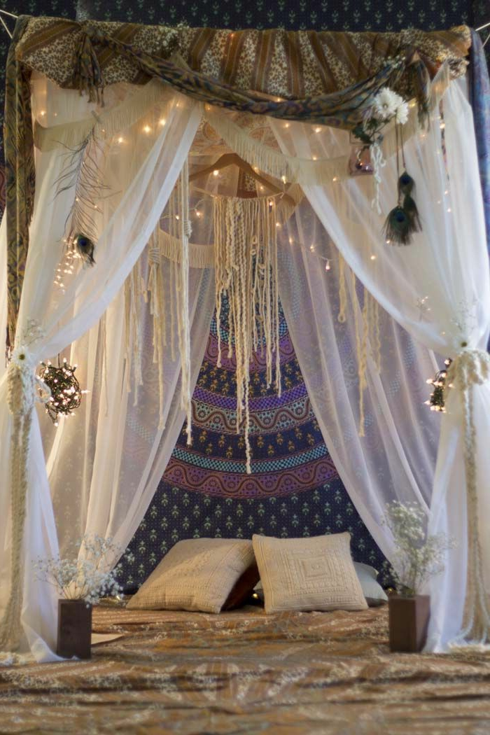deco hippie, teinture murale indienne, lit à baldaquin, guirlande lumineuse