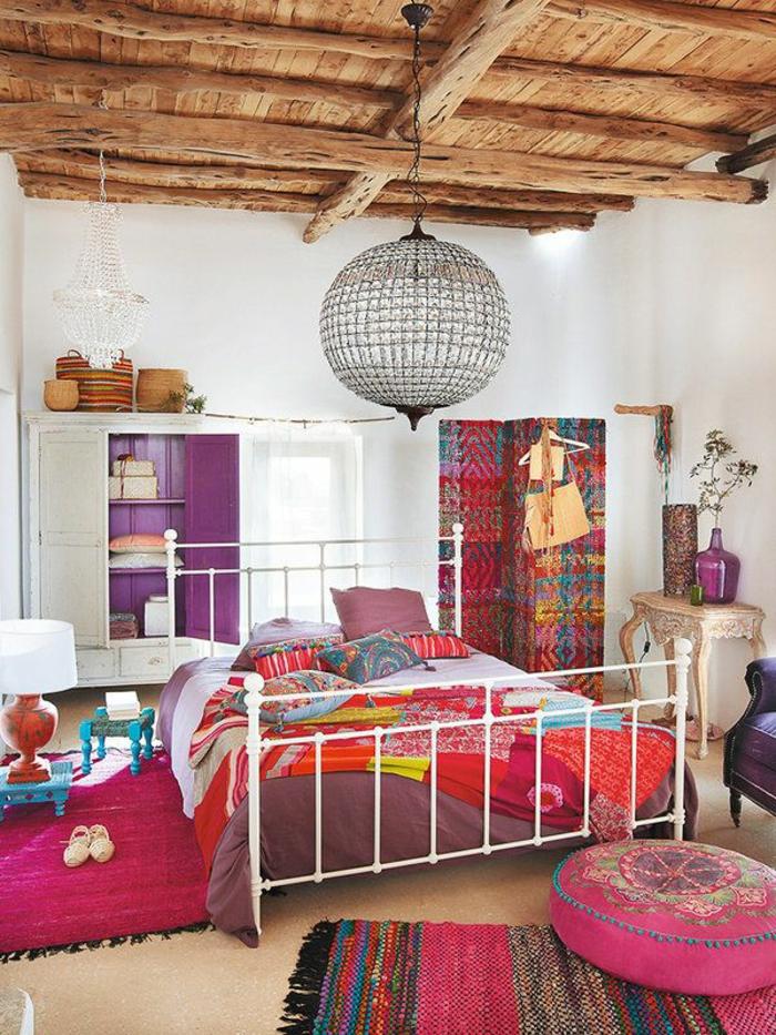deco hippie, tabouret rose, tapis avec franges, plafond en bois, lustre en cristaux