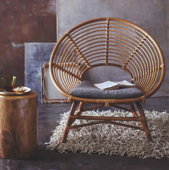 deco hippie, chaise en rotin, tapis moelleux, murs foncés, chambre hippie