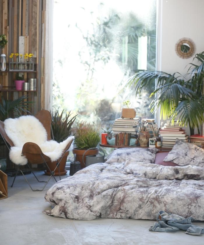 decoration boheme, plantes tropicales, grande fenêtre, étagère en bois