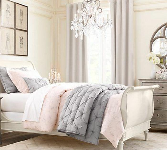 lit blanc baroque, linge de lit rose, blanc et gris, couleur mur blanche, lustre vintage, deco murale, commode chiné, chambre rose et gris