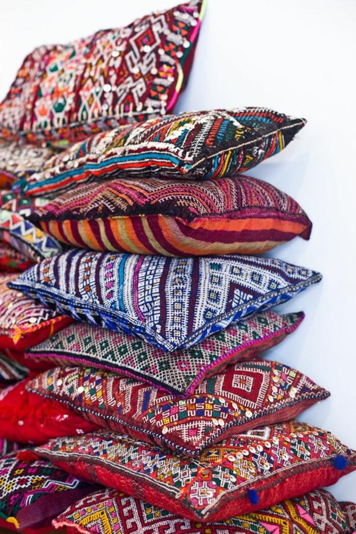 deco chambre boheme, coussins killims, coussins à motifs ethniques