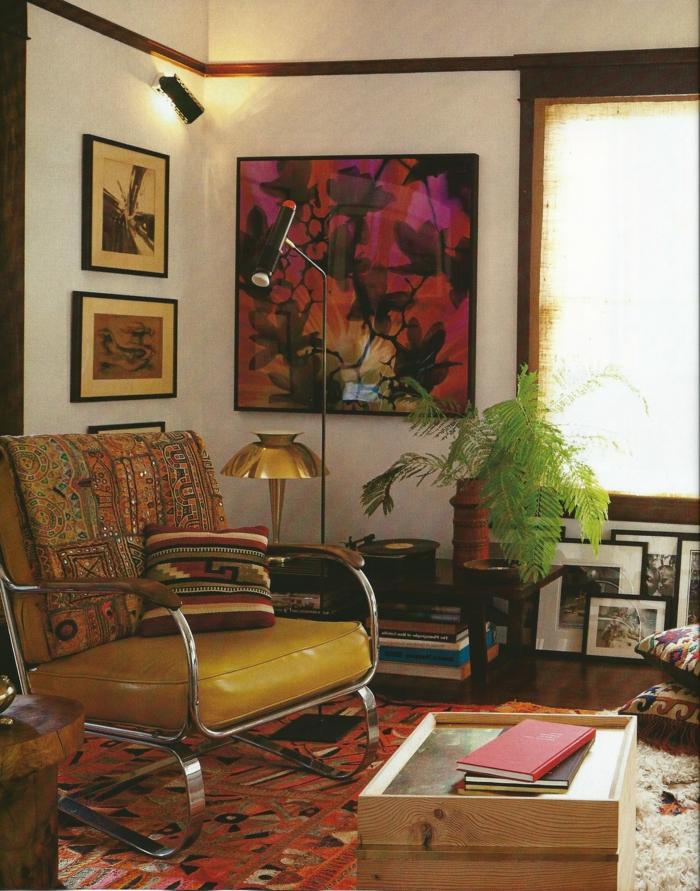 salon boheme, tapis ethnique, murs blancs, plante verte
