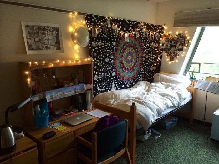 deco boheme, bureau avec étagère, guirlande lumineuse, décoration murale avec photos