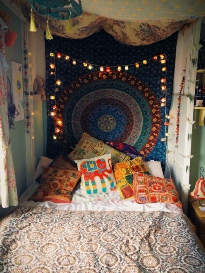 deco chambre boheme, jeté de lit beige, coussins à motifs ethnique, guirlande lumineuse