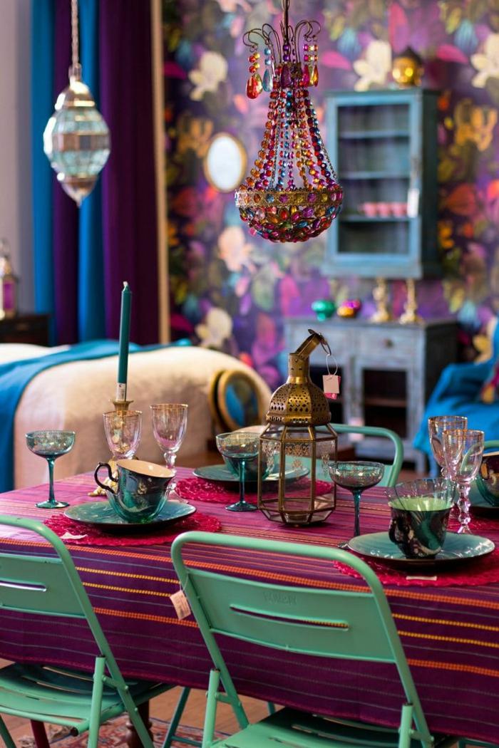 salon boheme, chaises turquoise, lustre en cristaux, tapisserie à fleurs, bougies