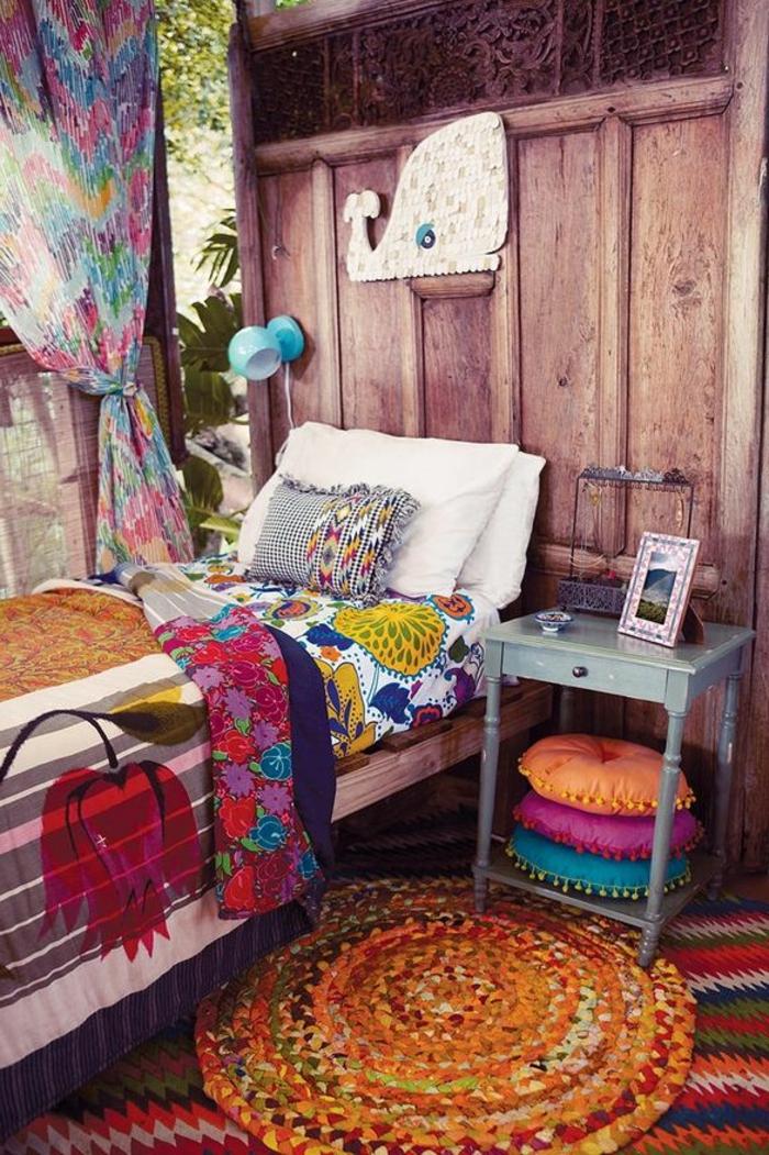 decoration boheme, rideaux multicolore, tapis orange rond, murs en bois